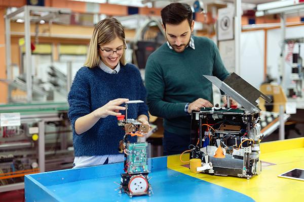 Mérnöki gyakornoki programban részt vevő diák a mentorával együtt dolgozik egy projekten.