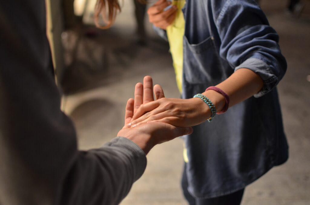 Egy nő egy férfi tenyerébe helyezi a kezét.